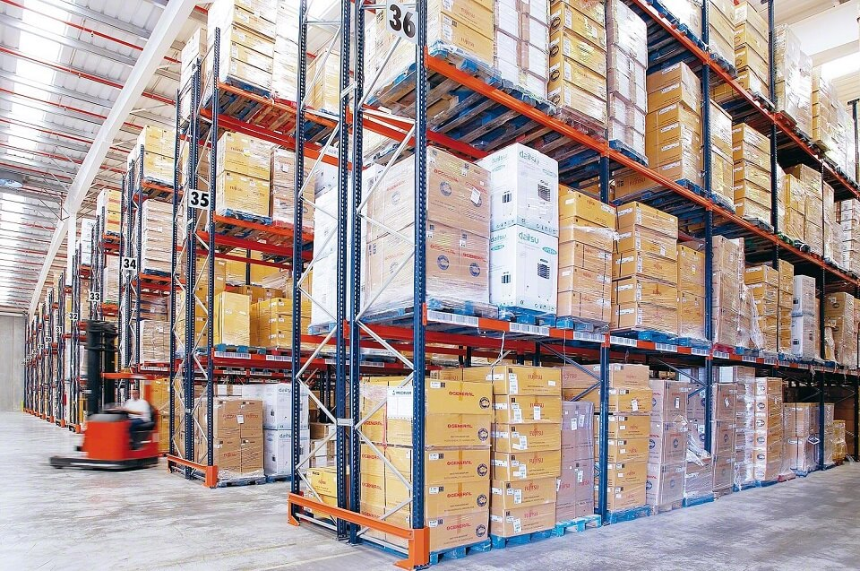 packers-and-movers-in-dubai-best-storage-solutions-in-dubai_manwithavan